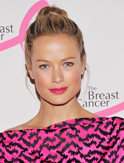 Carolyn Murphy punched up her barely-there makeup look with a bold fuchsia lipstick.