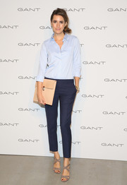 Louise Roe styled her outfit with an oversized nude clutch.
