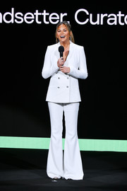 Chrissy Teigen channeled the '70s in a white bell-bottom pantsuit at the Hulu '19 presentation.