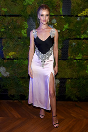Rosie Huntington-Whiteley paired her dress with black slim-strap heels by Jimmy Choo.