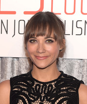 Rashida Jones sported a youthful ponytail with wispy bangs at the IWMF Courage in Journalism Awards.