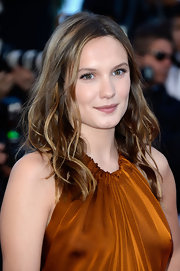 Ana Girardot chose beachy waves to show off her lovely highlights.
