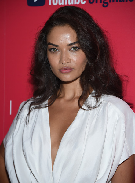 Shanina Shaik wore a thick wavy hairstyle at the premiere of 'Impulse.'