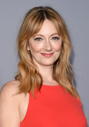 Judy Greer sported messy-cute waves with center-parted bangs when she attended the InStyle Awards.