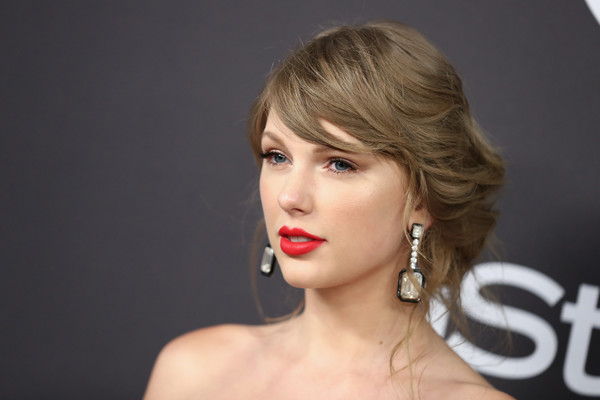 Taylor Swift rocked a messy updo at the InStyle and Warner Bros. Golden Globes after-party.