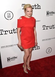 Elisabeth Moss contrasted her retro dress with ultra-modern iridescent pumps by Casadei.