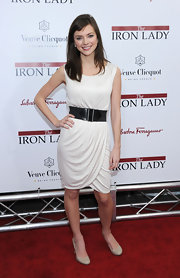 Carrie MacLemore wore a black elastic belt around her white dress for the 'Iron Lady' premiere.