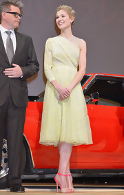 Rosamund Pike looked ladylike with a twist in this lemon single-sleeve dress for the 'Jack Reacher' Japan premiere.