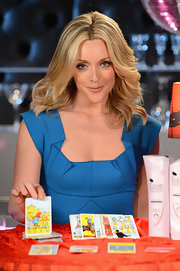 Jane Krakowski wore her shiny tresses in long slightly feathered waves.