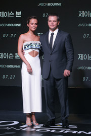 Alicia Vikander flaunted her super-toned abs in a Louis Vuitton strapless cutout dress during the Seoul premiere of 'Jason Bourne.'