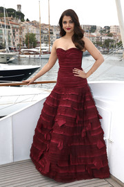 Aishwarya Rai got all dolled up in a stunning burgundy strapless gown by Oscar de la Renta, even if it was just the 'Jazbaa' photocall and not the premiere.