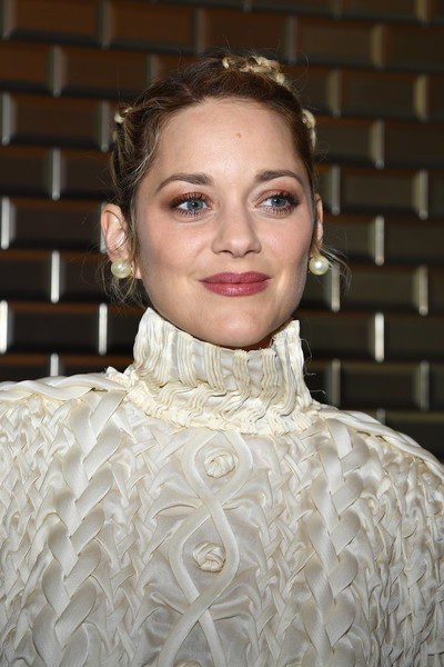 Marion Cotillard complemented her white outfit with a pair of oversized pearl studs.