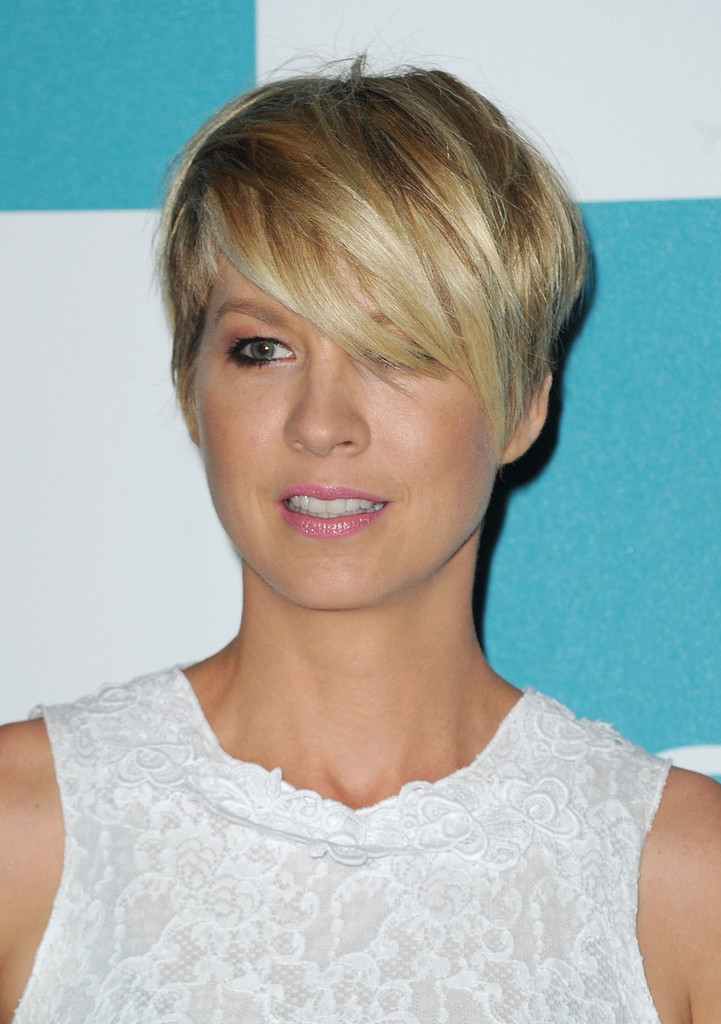 Short Hairstyles 2017 2018: Jenna Elfman Layered Razor Cut