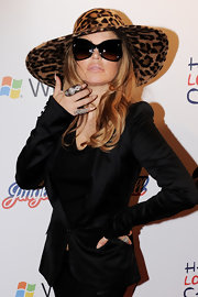 Fergie showed off her silver rings while hitting the Jingle Bell Ball.