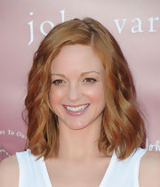 Jayma Mays styled her fiery red locks into soft waves at the 8th Annual Stuart House Benefit.