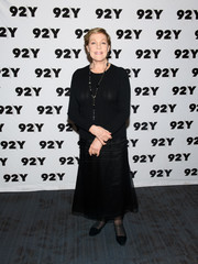 Julie Andrews completed her all-black look with a pair of pointy flats.