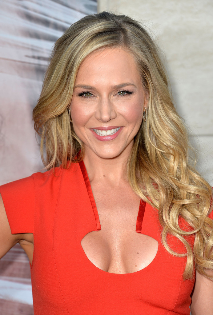Julie Benz Long Wavy Cut Julie Benz Looks Stylebistro
