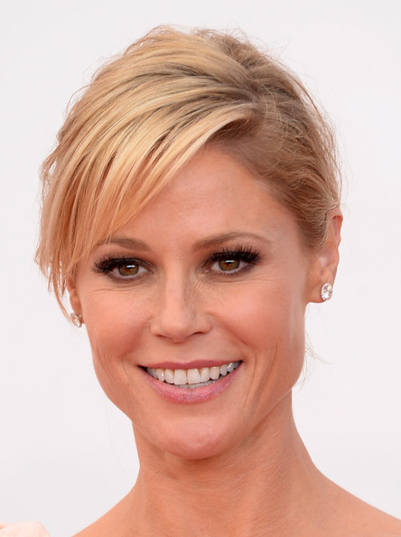 Julie Bowen False Eyelashes [face,hair,eyebrow,skin,chin,hairstyle,lip,facial expression,forehead,blond,arrivals,julie bowen,california,los angeles,nokia theatre l.a. live,primetime emmy awards]