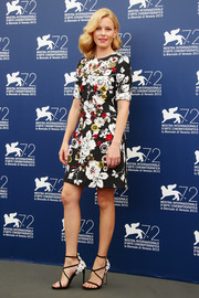 Elizabeth Banks amped up the feminine appeal with a pair of flower-appliqued strappy sandals by Stuart Weitzman.