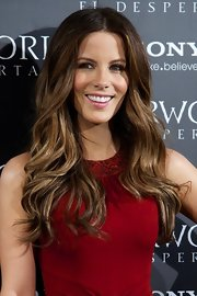 Kate Beckinsale attended the premiere of 'Underworld: Awakening' wearing her ultra-long tresses in loose curls.
