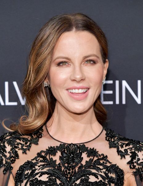 Kate Beckinsale Long Wavy Cut [elle,hearts on fire,loreal paris,red carpet,hair,face,hairstyle,eyebrow,shoulder,blond,skin,brown hair,lip,beauty,los angeles,beverly hills,california,25th annual women in hollywood celebration,calvin klein,kate beckinsale]