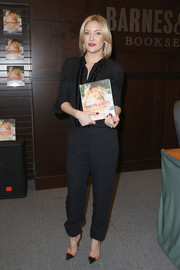 Kate Hudson went for casual elegance in a black velvet-trimmed button-down by Naeem Khan for her book signing.
