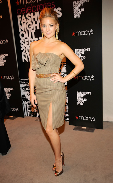 Kate Hudson Strapless Dress [fashion model,flooring,joint,shoulder,leg,fashion,catwalk,cocktail dress,carpet,trunk,kate hudson,anna wintour,michael kors,queens,new york city,vogue pop up boutique,fashion,macys,night out kick-off,event]