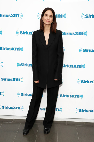 Katherine Waterston Pantsuit [town hall with the cast,fantastic beasts:the crimes of grindelwald,suit,clothing,formal wear,pantsuit,standing,outerwear,tuxedo,footwear,white-collar worker,businessperson,katherine waterston,cast,jess cagle,part,town hall,new york city,siriusxm,siriusxm studio]