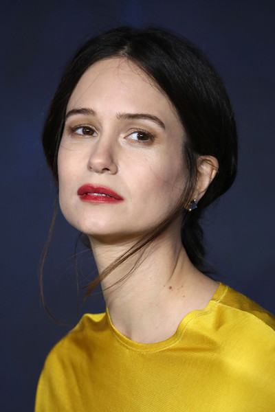 Katherine Waterston Loose Ponytail [fantastic beasts: the crimes of grindelwald,hair,face,lip,eyebrow,chin,cheek,hairstyle,beauty,nose,head,katherine waterston,uk,cineworld leicester square,england,london,red carpet arrivals,premiere]