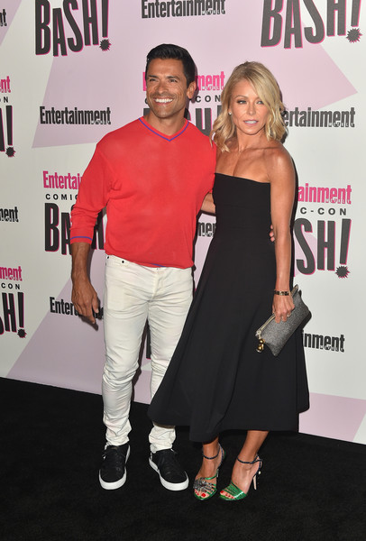 Kelly Ripa Strapless Dress [premiere,event,fashion,carpet,red carpet,dress,flooring,entertainment weekly comic-con celebration - arrivals,mark consuelos,kelly ripa,l-r,float,san diego,california,entertainment weekly,hbo,comic-con bash]