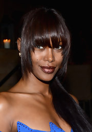 Jessica White wore minimal makeup but managed to create a lot of drama with an intense dark metallic bronze lipstick.