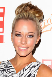 Kendra Wilkinson wore her long, shiny locks in a super cute high, loose bun while in Australia.