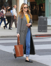 Zoey Deutch carried her essentials in a brown leather bucket bag that was equal parts practical and cute!