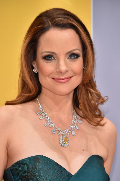 Kimberly Williams-Paisley Medium Wavy Cut