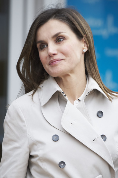 More Pics of Queen Letizia of Spain Flat Oxfords (1 of 51) - Queen Letizia of Spain Lookbook - StyleBistro [face,trench coat,beauty,uniform,skin,white coat,coat,lip,blond,outerwear,juan carlos,juan carlos goes under knee surgery,letizia,knee,prosthesis,hospital,spain,la moraleja hospital,madrid,surgery]