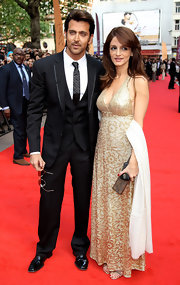 Hrithik wears a skinny black tie with quilting texture for the Kits European Premiere.