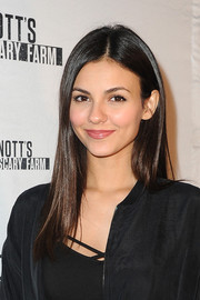 Victoria Justice wore her usual straight, center-parted style when she attended the Knott's Scary Farm Black Carpet event.