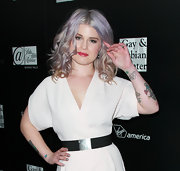 Kelly Osbourne attended an LA Gay & Lesbian Center benefit for Homeless Youth Services wearing super-sparkly silver glitter nail polish.