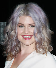 Kelly Osbourne wore her pale tresses in spiral curls while in LA at a benefit for Homeless Youth Services.