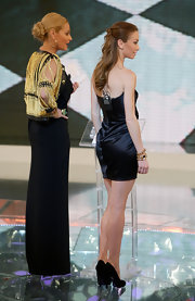 Eleonora Abbagnato added a stack of gold bracelets to her all-black outfit at an Italian TV show appearance.