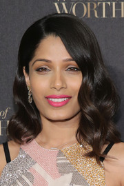 Freida Pinto's hot-pink lippy totally brightened up her beauty look.