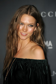 Wearing her hair in a center part with subtle waves, Karlie Kloss looked lovely with a bit of an edge at the LACMA 2012 Art + Film Gala.