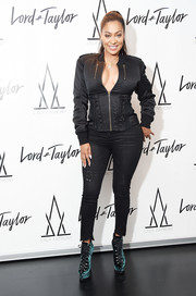 La La Anthony showed off her shapely legs in a pair of black skinny jeans from her line.