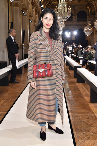 Caroline Issa topped off her ensemble with a stylish chain-strap leather bag.