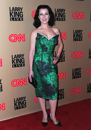 Debi looks like she took some style tips from Dita Von Teese. Her green print dress looked phenomenal on the red carpet.