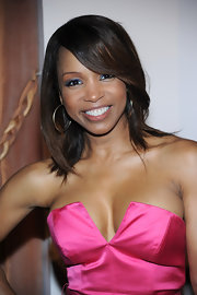 Actress Elise Neal looked radiant in her pink satin dress. Her mid-length bob was the perfect cut for this silhouette.
