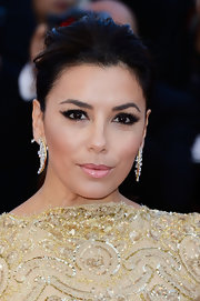 Eva Longoria amped up the glamour with a pair of dangling diamond and gold earrings.