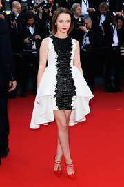 Sara Forestier chose this structured white and black frock that featured a cool high-low skirt.