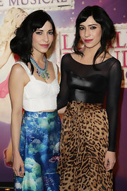 Lisa Origliasso wore a beach-inspired necklace to match her outfit.