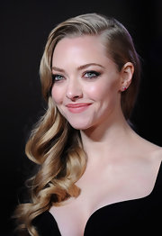 Amanda Seyfried was retro perfection at the 'Les Miserables' premiere with her stunning blond curls pulled gracefully to one side.